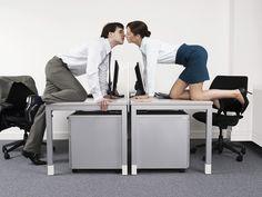 Auch wenn es nicht jeder zugibt: Wir alle flirten oft und gerne. Das knisternde Liebesspiel macht auch vor dem Büro nicht Halt. Wie Ihr Büroflirt gelingt, was Sie noch nicht über das Flirten im Job wussten und worauf Sie unbedingt achten sollten…  http://karrierebibel.de/fruehlingsgefuehle-12-tipps-fuer-den-flirt-im-job/