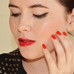 Met haar vers gelakte rode nagels, opvallende, glossy lipstick, subtiele blosjes en een doorgetrokken cat-eye eyeliner creëert Willemijn van Livelifegorgeous een klassieke, rode pin-up look. Een vurige, passievolle make-up look, waar uitsluitend budget make-upproducten voor zijn gebruikt.