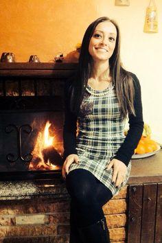 Martina indossa abito corto misto viscosa e lana #stampa #tartan con dettaglio #rose stampate e fili di #perle applicate sullo scollo e sulle tasche #pepitastyle