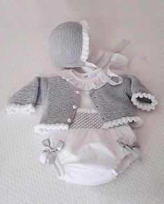 moda infantil made in spain - Babykleidung Crochet Onesie, Crochet Baby Jacket, Knitted Baby Cardigan, Baby Pullover, Knitted Baby Clothes, Hat Crochet, Knitting For Kids, Baby Knitting Patterns, Baby Patterns