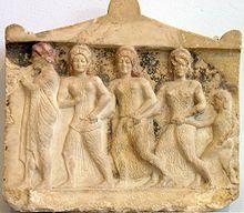 Relleu de les Tres Gràcies (segle V aC), Museu de l'Acròpoli d'Atenes (escultura arcaica).