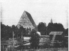 Kirkko lännestä Pohjolanmäen rinteestä katsottuna 1900-luvun alussa. Kuvassa näkyy oikealla Lohjan pitäjänmakasiini, jonka toiminta alkoi vuonna 1750. Makasiinirakennus purettiin 1910-1920-luvun vaihteessa. Suoraan kirkon päädyn edessä on yhä jäljellä pari kirkkotallia, joihin kauempaa tulleet seurakuntalaiset jättivät hevosensa jumalanpalveluksen ajaksi. Cathedral, Building, Travel, Viajes, Buildings, Cathedrals, Destinations, Traveling, Trips