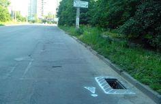 Активисты обвели белой краской ямы на херсонских дорогах. (Фото)
