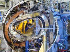 Une vue de l'intérieur du stellarator Wendelstein 7-X en novembre 2011.