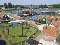 Het Zuiderzeemuseum in Enkhuizen vertelt het verhaal van mensen die vroeger aan de Zuiderzee, het huidige IJssel- en Markermeer, woonden.