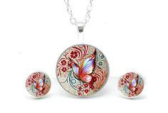 Kette Schmetterling von Just Trisha  https://www.justtrisha.com/de/set-kette-mit-ohrringen-rot-oranger-schmetterling.html