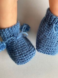 Easy Scarf Knitting Patterns, Baby Booties Knitting Pattern, Knit Baby Shoes, Baby Boy Knitting Patterns, Knitting Stitches, Baby Knitting, Granny Gifts, How To Start Knitting, Baby Hats