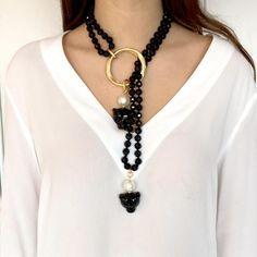 Collar de cristal de roca facetado engarzado en aro de latón bañado en oro mate y adornado con perlas de bisutería y panteras de resina a juego con las perlas C