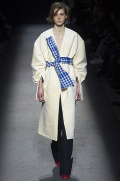 Jacquemus Parigi - Spring Summer 2020 Ready-To-Wear - Shows - Vogue. 2016 Fashion Trends, Fashion Week, Runway Fashion, Fashion Show, Fashion Art, Fashion Ideas, Kintsugi, Normcore Fashion, Jacquemus