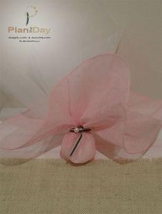 Μπομπονιέρα γάμου με ροζ μαντήλι γάζας και δίχρωμη κορδέλα