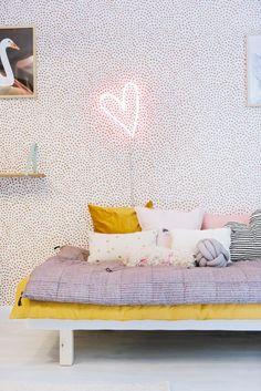 slaapkamer met stippenbehang