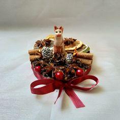 Die modellierte Katzenminiatur aus Fimo, steht auf einer Holzscheibe, welche mit Dekoelementen und Dekogewürzen, sowie einem Satinband verziert ist. Für den besonderen Glanz und Schutz, wurde die Katze mit einem Klarlack überzogen. Advent, Gift Wrapping, Christmas Ornaments, My Love, Holiday Decor, Gifts, Home Decor, Fimo, Wood Rounds