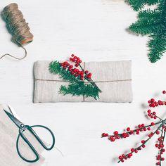 Kurkkaa ompelutarvikekaappiin ja kääräise suklaalevy palaseen pellavakangasta. Viimeistele luonnonläheinen paketti juuttinarulla, havuilla sekä marjapuun oksilla. #fazerinjoulu #suklaalahja