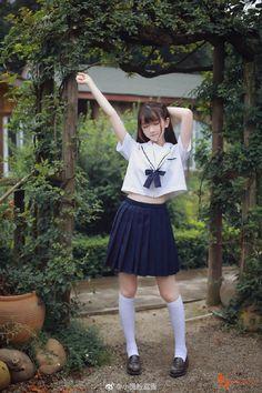 Đối với nữ sinh Nhật Bản, bộ đồng phục thủy thủ với áo sơ mi và nơ, váy xếp ly cộng với tất dài là một nét truyền thống lâu đời và là nét đặc trưng rất dễ thương của các cô gái! Đồng phục học sinh Nhật không chỉ đơn giản là trang phục đến lớp mà còn là style được nhiều bạn nữ trên thế giới yêu thích.