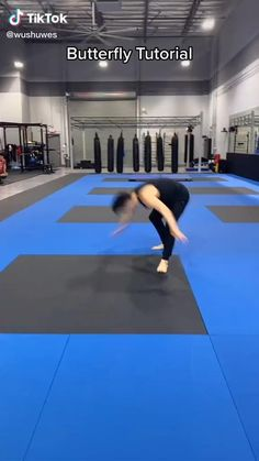 A butterfly kick is a jumping kick in martial arts such as modern wushu and taekwondo Gymnastics Tricks, Gymnastics Skills, Gymnastics Workout, Gymnastics For Beginners, Gym Workout For Beginners, Gym Workout Tips, Workout Videos, Boxing Workout, Self Defense Moves