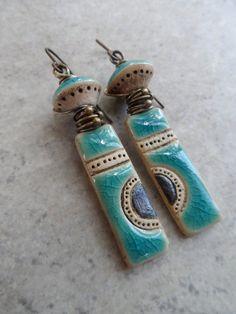 Quelque chose à aimer... Naturel en céramique et laiton enroulée rustique, Boho, terreux, primitifs boucles d'oreilles