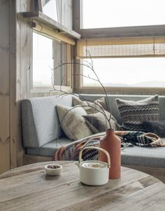 Matchstick blinds for privacy without completely obscuring a view Scandinavian Interior, Modern Interior, Interior Architecture, Interior Design, Rustic Salon, Log Homes, Home Living Room, Modern Rustic, Cottage Style