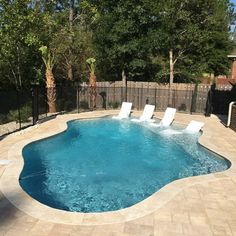 Love the loungers 😍 Backyard Plan, Backyard Pool Landscaping, Backyard Pool Designs, Small Backyard Pools, Small Pools, Swimming Pools Backyard, Swimming Pool Designs, Jacuzzi, My Pool