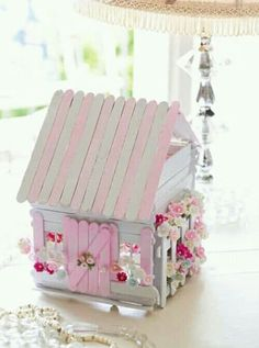 Gardening Diy Popsicle Stick Fairy House - These Popsicle Stick Fairy Doors are beyond gorgeous and they are so easy to make. Be sure to watch the video tutorial too. Popsicle Stick Houses, Popsicle Crafts, Craft Stick Crafts, Popsicle House, Craft Sticks, Popsicle Stick Birdhouse, Wood Crafts, Pop Cycle Stick Crafts, Lolly Stick Craft