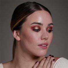 Get the Look: Halo Eye With party season just around the corner it's time to perfect those dancefloor ready makeup looks. This metallic halo eye is super festive. The post Get the Look: Halo Eye appeared first on Beautiful Shared. Glam Makeup, Skin Makeup, Beauty Makeup, Halo Eye Makeup, Retro Eye Makeup, Best Highlighter Makeup, 40s Makeup, Metallic Makeup, Makeup 2018