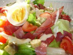 Voici une salade très colorée, toute en légereté. Pour 4 personnes 4 points par personne Pour la salade: 4 petites pommes de terre 4 tomates 200g de bacon 8 cornichons 2 oeufs 1/2 salade Pour la sauce: 100g de fromage blanc 0% 2cuil. à café de mayonnaise...