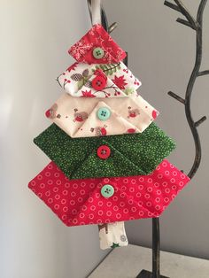 Fabric Christmas Tree Decorations – Crochet-Sewing Sewing crafts for christmas Fabric Christmas Decorations, Quilted Christmas Ornaments, Felt Christmas, Christmas Fabric Crafts, White Christmas, Diy Ornaments, Beaded Ornaments, Crafts With Fabric, Christmas Tree Quilt
