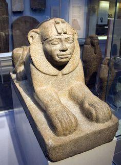 Sphinx de Taharqa, un roi de Napata et un pharaon koushite de la XXVe dynastie, qui a régné de 690 à 664 avant notre ère. Sur son front se dressent les deux uræus, insignes de la double royauté de la Nubie et de l'Égypte antique - British Museum.