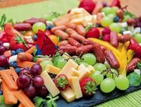Eine bunte Nasch-Straße An edible table top made of colorful fruits and vegetables awaits the guests when Elisabeth Schulte-Althoff invites. Party Finger Foods, Snacks Für Party, Kids Birthday Snacks, Kindergarten Party, Food Art For Kids, Colorful Fruit, Party Buffet, Food Platters, Fruit Salad