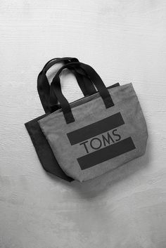 Pack this TOMS logo tote bag in grey canvas anywhere. Perfect for running errands, running to catch a flight or a relaxing beach vacation.