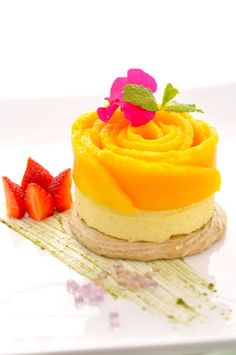 Dessert idea, pie crust base, mango pastry cream or mousse and top with sliced mangos. Fancy Desserts, Sweet Desserts, Just Desserts, Sweet Recipes, Delicious Desserts, Dessert Recipes, Yummy Food, Awesome Desserts, Dessert Healthy