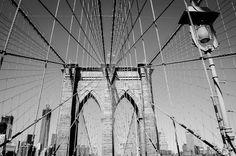 Ponte do Brooklyn  A Ponte do Brooklyn é a ponte mais famosa de Nova York, um dos cartões postais da cidade. Com seus quase 2 quilômetros de extensão, a Brooklyn Bridge liga Manhattan ao borough do Brooklyn.    Leia mais em: http://www.viagemparanovayork.com.br/atracoes-turisticas/ponte-do-brooklyn