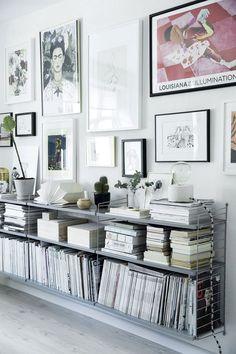 Taglejlighed på to etager spækket med detaljer, du skal se Living Room Modern, Home Living Room, Living Spaces, Room Inspiration, Interior Inspiration, Home Office Design, House Design, Low Bookshelves, Creative Bookshelves