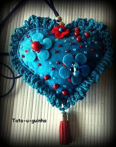 Colar em feltro bordado com flores e missangas, com crochet