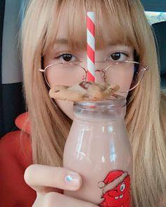 Image about kpop in lalisa. Jennie Lisa, Blackpink Lisa, Bangkok, Lisa Blackpink Wallpaper, Kim Jisoo, Blackpink And Bts, Yg Entertainment, Photo Cards, Kpop Girls