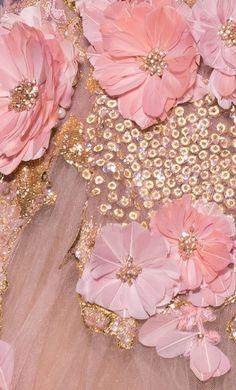 Es beginnt im Atelier mit Kreativität, Inspiration und Leidenschaft. Geschaffen wird Einzigartigkeit, Eleganz und der Ausdruck seiner Selbst - denn Couture macht das Leben zu einem unvergesslichen Meisterwerk!