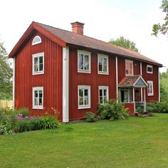The red house with white corners is typical for Sweden. The traditional red paint contains pigment from the copper-mine in Falun, Dalecarlia. Swedish Cottage, Red Cottage, Red Houses, Wooden Houses, Architecture Design, Sweden House, Scandinavian Living, Deco, Life Hacks