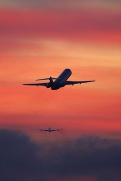 Two airplanes flying away after take off in the sunset - - Fotoideen - Vehículos Jet Privé, Airplane Wallpaper, Airplane Flying, Airplane Photography, Flies Away, Civil Aviation, Aviation Art, Jet Plane, Cool Pictures