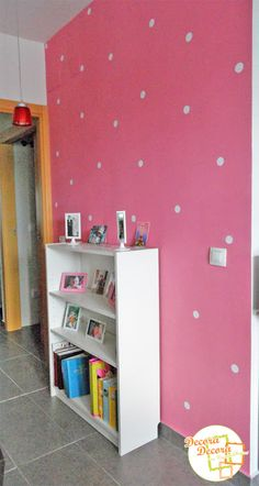 Decorar con lunares blancos una pared rosa.