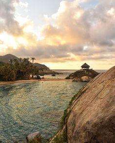 Cada rincón del Parque Tayrona  ofrece un espectáculo visual. Y sus colores y formas van cambiando con el correr del día y del sol  PRONTO GRANDES NOTICIAS AMANTES DEL PARQUE TAYRONA . Para más fotos del Parque Tayrona @guidetotayronapark . . . . . . . . . . . . . . . . . . . #Tayrona #parquetayrona #tayronapark #tayronanationalpark #colombiagram #idcolombia #santamartaiscrazy #santamarta #caribecolombiano #earthcaptures #parquesnaturales #parquesnacionales #colombia_greatshots… Monument Valley, Nature, Travel, Sun, Natural Playgrounds, National Parks, Lovers, Shapes, News