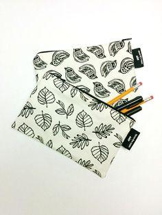 Coffre à crayon par MarieEveArpinArt Crayon, Vintage, Cards, Handmade Gifts, Pouch Bag, Handmade, Unique Jewelry, Vintage Comics, Maps