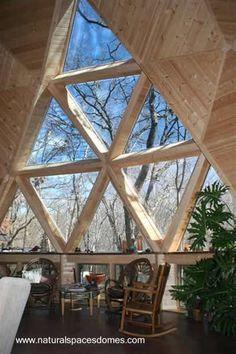 Interior de una casa domo de madera, sala de estar y ventana