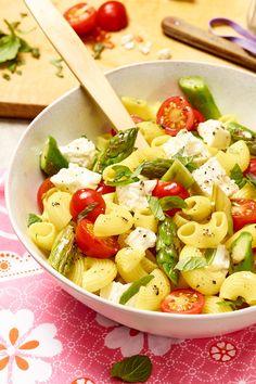 Köstlich! Nudelsalat mit grünem Spargel, Tomaten und Feta. Abgeschmeckt mit Minze.