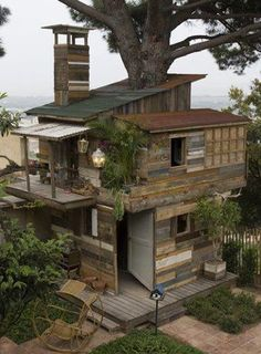 A super-deluxe over-achiever's take on a dynamic tree-mansion, getaway, fort, clubhouse, castle, man-cave, thingee! Looks like a great twelve-year project!