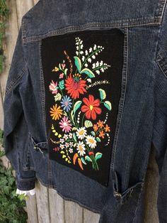 Diy Embroidered Jean Jacket, Denim Jacket Embroidery, Embroidered Clothes, Painted Denim Jacket, Painted Jeans, Painted Clothes, Denim Paint, Jean Jacket Design, Diy Clothes