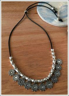 Collar corto (regulable) Materiales: Tiento con dijes de zamac.
