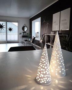 1 søndag i advent, ha en fin dag alle sammen!👌 #interior #white #hviteinterior #interior123 #black #plant #grey #skandinaviskehjem #nordiskehjem #nordichome #home #homedecor #decor #style #homestyle #like4like #haugesund #norway #bolig #vase #nordicminimalism #ynspo #bohusnorge #myhome #kremmerhuset #nordichome #interiordesign #romforstil #jul2016 #kahlerdesign White Christmas, Like4like, Photo And Video, Holiday, Home Decor, Rome, Vacations, Decoration Home, Room Decor