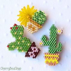 Set of 3 miyuki pearl cactus brooches, Beaded Jewelry Patterns, Beading Patterns, Decorated Gift Bags, Seed Bead Crafts, Art Perle, Diy Friendship Bracelets Patterns, Peyote Beading, Native American Beading, Beaded Animals