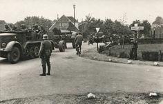 Zware Duitse artillerie (Mörsers) in de vermoedelijke omgeving van Ede - 14-16 mei 1940 Duitse opname van stukken Mörsers in noordelijke richting, vermoedelijk ten oosten van de Grebbelinie (omgeving Wageningen/Ede). De ANWB-wegwijzer rechts op de foto geeft aan Arnhem (naar links) en Amersfoort/Utrecht (naar rechts). De genoemde afstanden zijn niet leesbaar. De exacte lokatie is daarom vooralsnog onbekend. Van deze stukken geschut is bekend dat zij op 12/13 mei 1940 in het gebied van de…