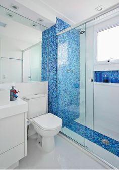 salle de bain très petite avec motifs imitant une piscine mur et sol niche au lieu d etagere dans la douche italienne