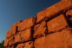 Quando mudamos para Pirenópolis já estávamos apaixonados pelo Adobe. O tijolo de barro seco ao sol (adobe: do árabe al tob) é a forma mais antiga de construir com barro. Há registros de seu uso há …